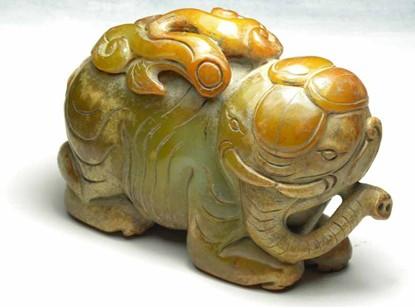 该玉雕属于大块黄玉料,它的设计独具匠心,动物神情十足,如意舒展,栩栩
